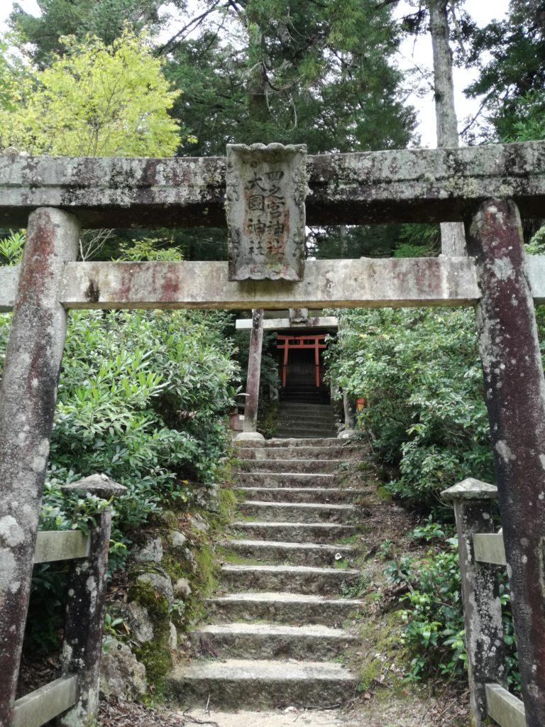 公園内の神社