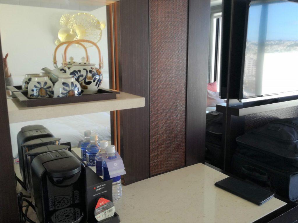 ハイアットリージェンシー那覇沖縄の客室内にはやちむんの器