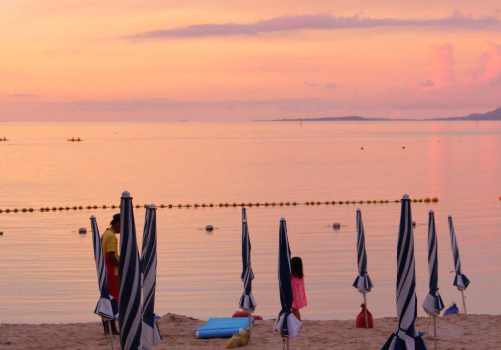 ルネッサンスリゾートオキナワの夕暮れのビーチ