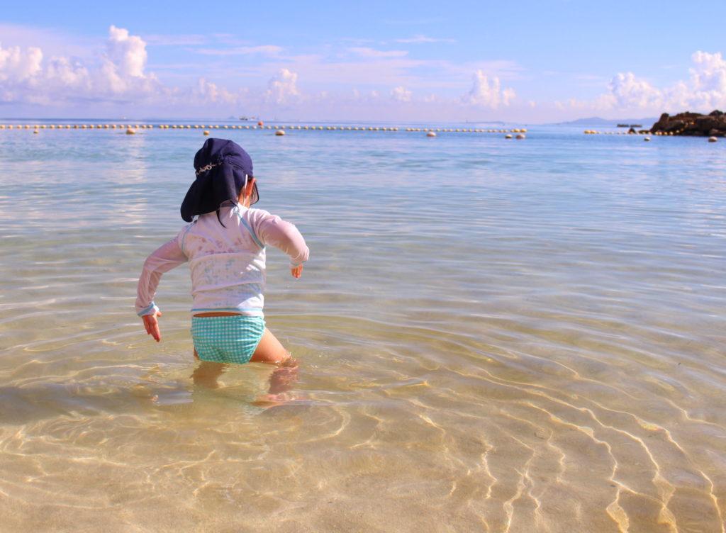 ルネッサンスオキナワのビーチで遊ぶ子ども