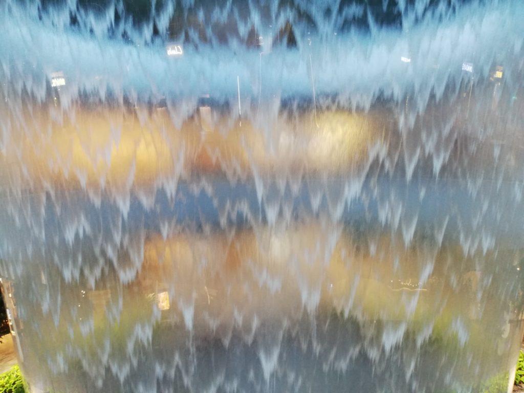 チャンギ国際空港ジュエル滝を受ける