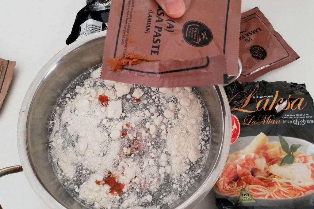 インスタントラクサの作り方②調味料を入れる