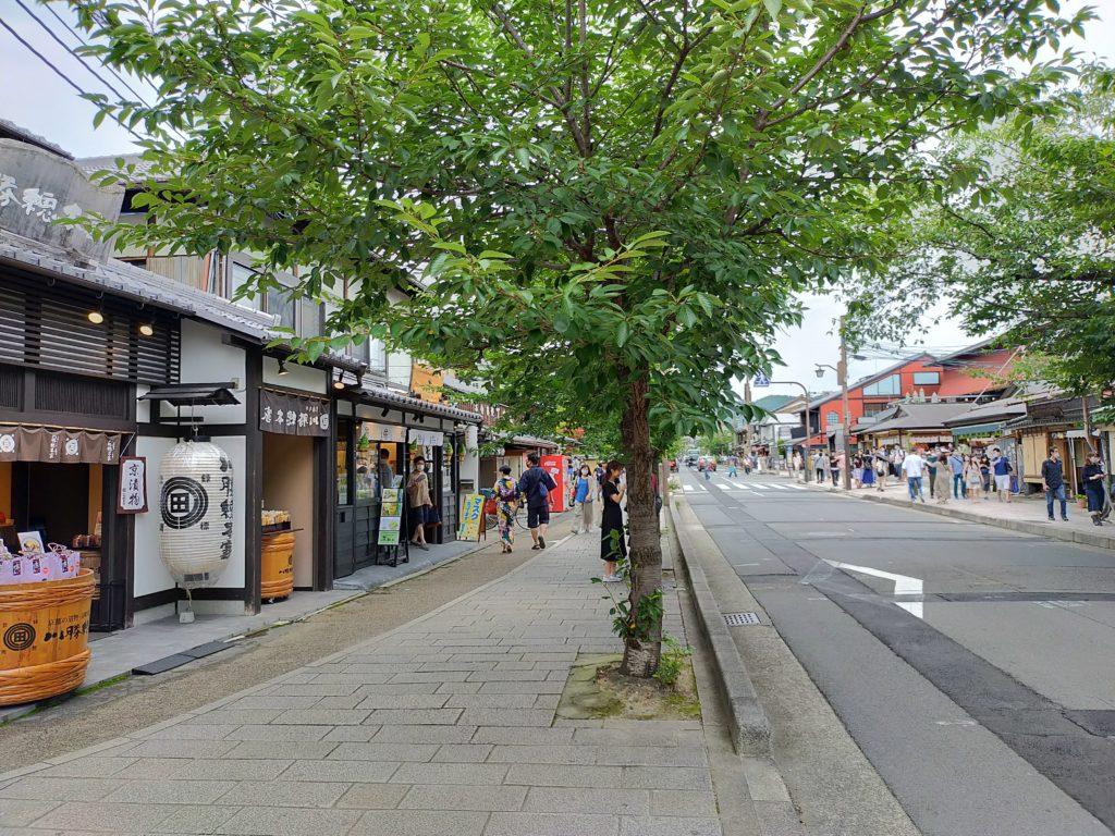 渡月橋周辺 たくさんのお店が並びます