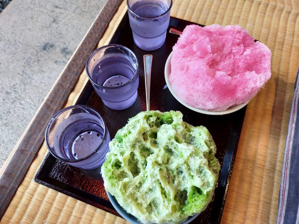 清水寺の境内でかき氷をいただく