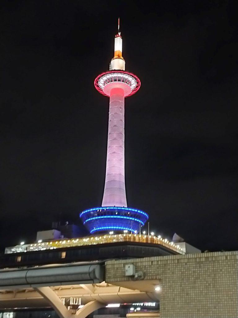 京都駅前の「京都タワー」の画像