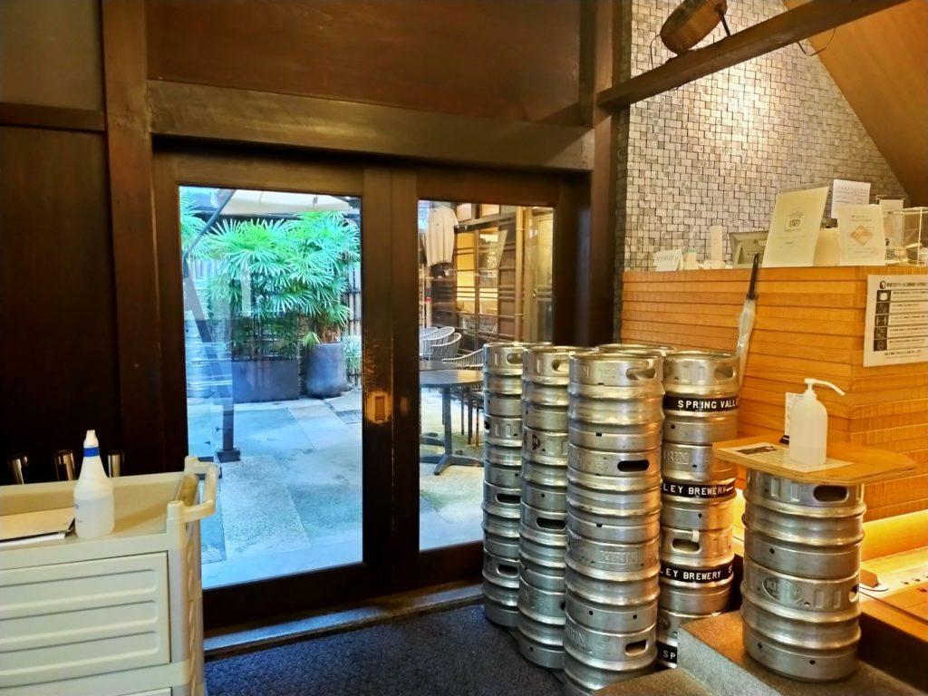 京都スプリングバレーブルワリーの店内の様子。箱庭もよい雰囲気。