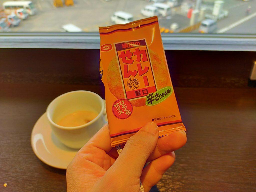 羽田空港サクララウンジのおつまみは、カレーせん