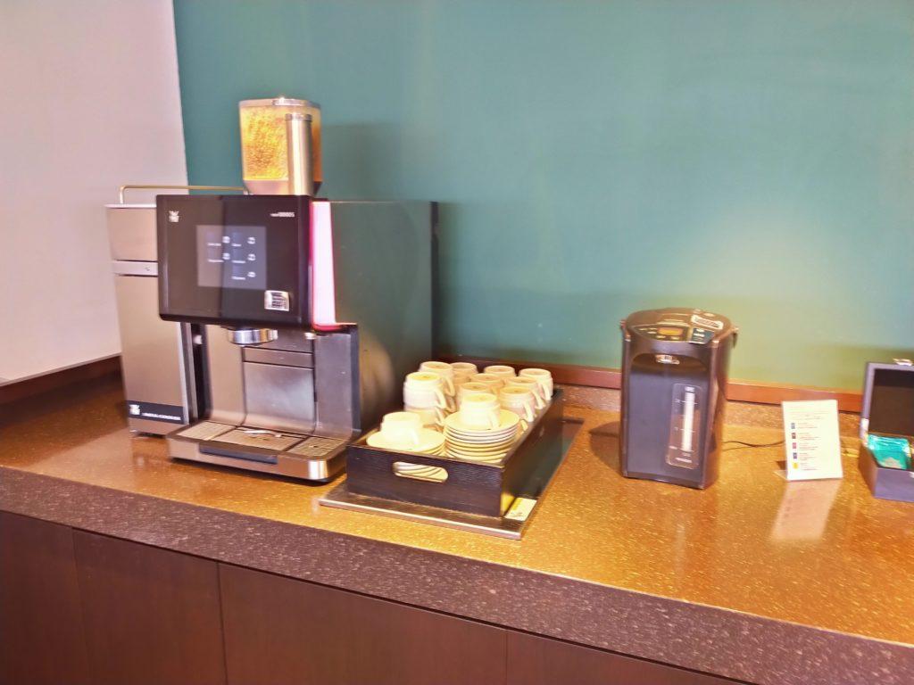 羽田空港サクララウンジのコーヒーマシン