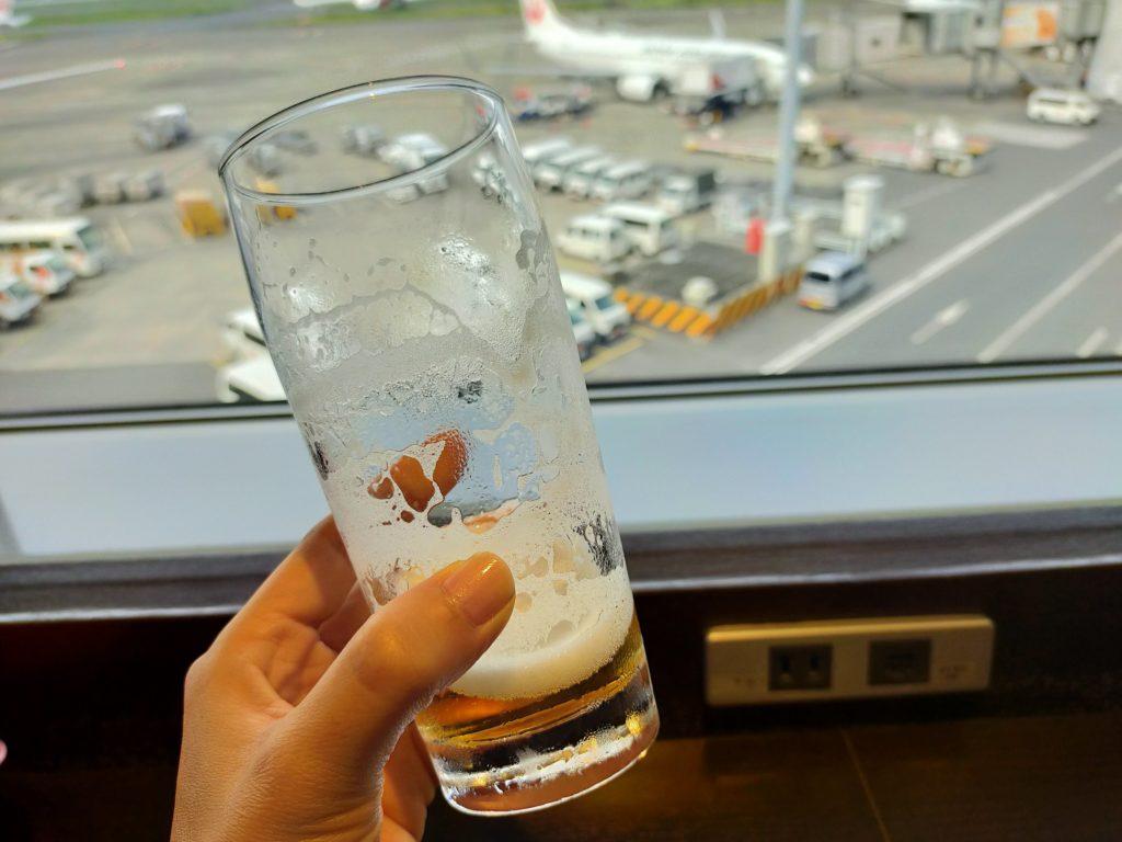 羽田空港サクララウンジで朝ビール