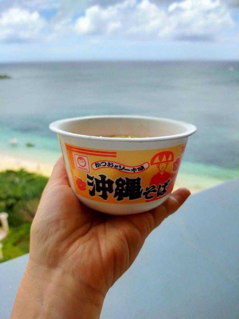 リザンシーパークホテル谷茶ベイのコンビニで買った沖縄そば