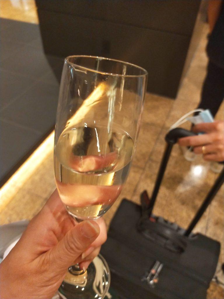 ヒルトン名古屋のチェックイン待ちで配られたシャンパン