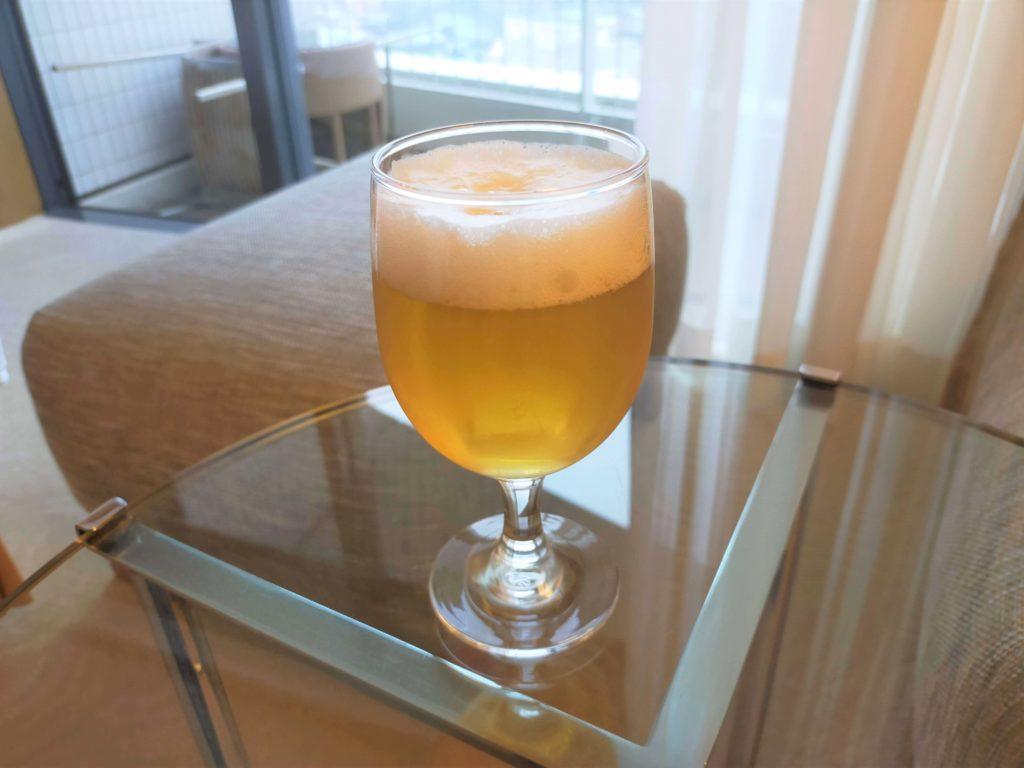 横浜ベイホテル東急のバルコニーでビールを飲む画像