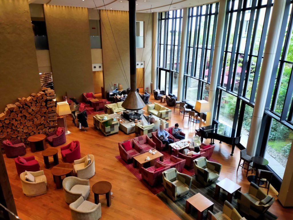 ハイアットリージェンシー箱根のラウンジ「リビングルーム」は天井が高く開放的