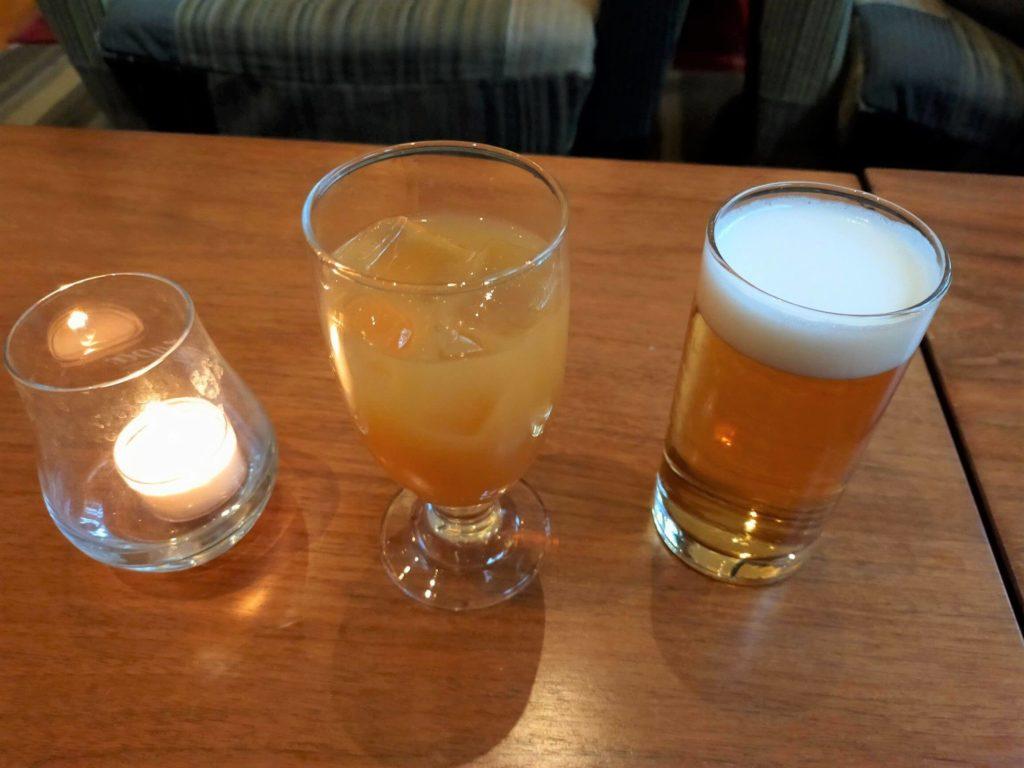 ハイアットリージェンシー箱根のラウンジ「リビングルーム」のカクテルアワーで頂いたカクテルとビール