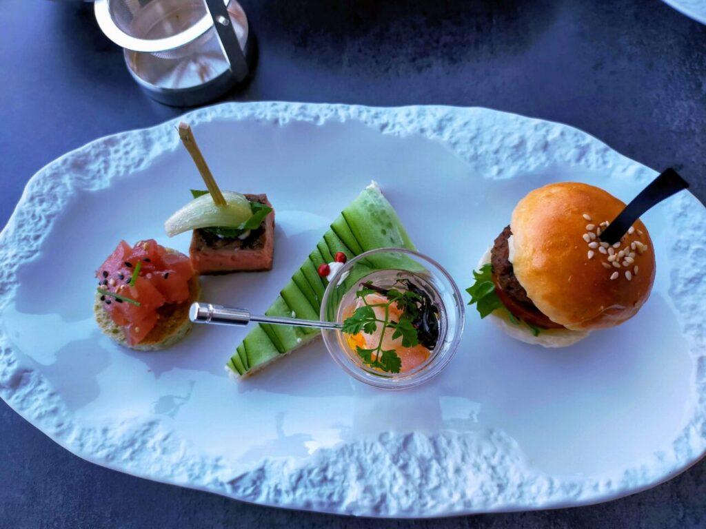 ハレクラニ沖縄「ハウスウィズアウトアキー」のアフタヌーンティー(サンドイッチとハンバーガー)