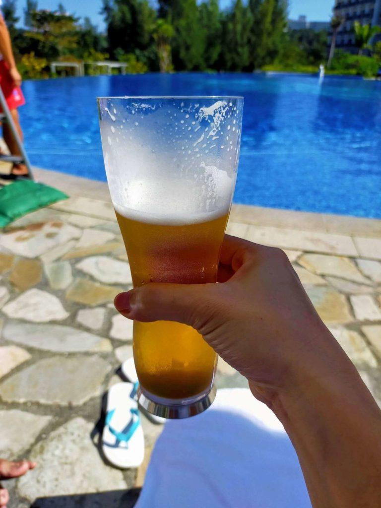 ハレクラニ沖縄のプールサイドでいただく絶品ビール