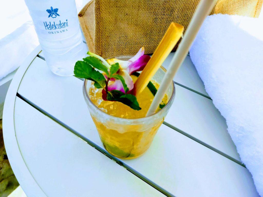 ハレクラニ沖縄のプールサイドで味わうカクテル
