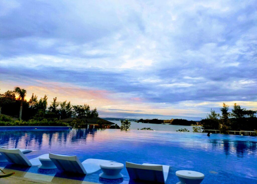 ハレクラニ沖縄のオーキッドプールの夕暮