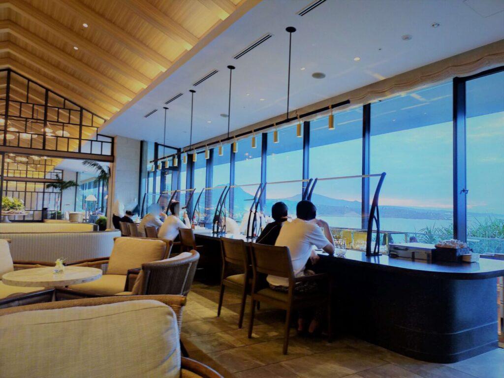 ハレクラニ沖縄のサンセットバー「スペクトラ」の夕日が沈む前のカウンターの様子
