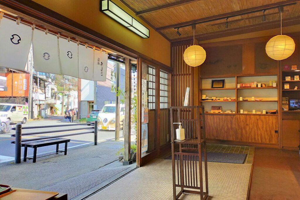 箱根名物、和菓子のちもとの店内の様子