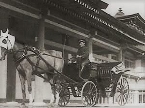箱根日帰り温泉|龍宮殿本館の一頭立て馬車(当時の写真)