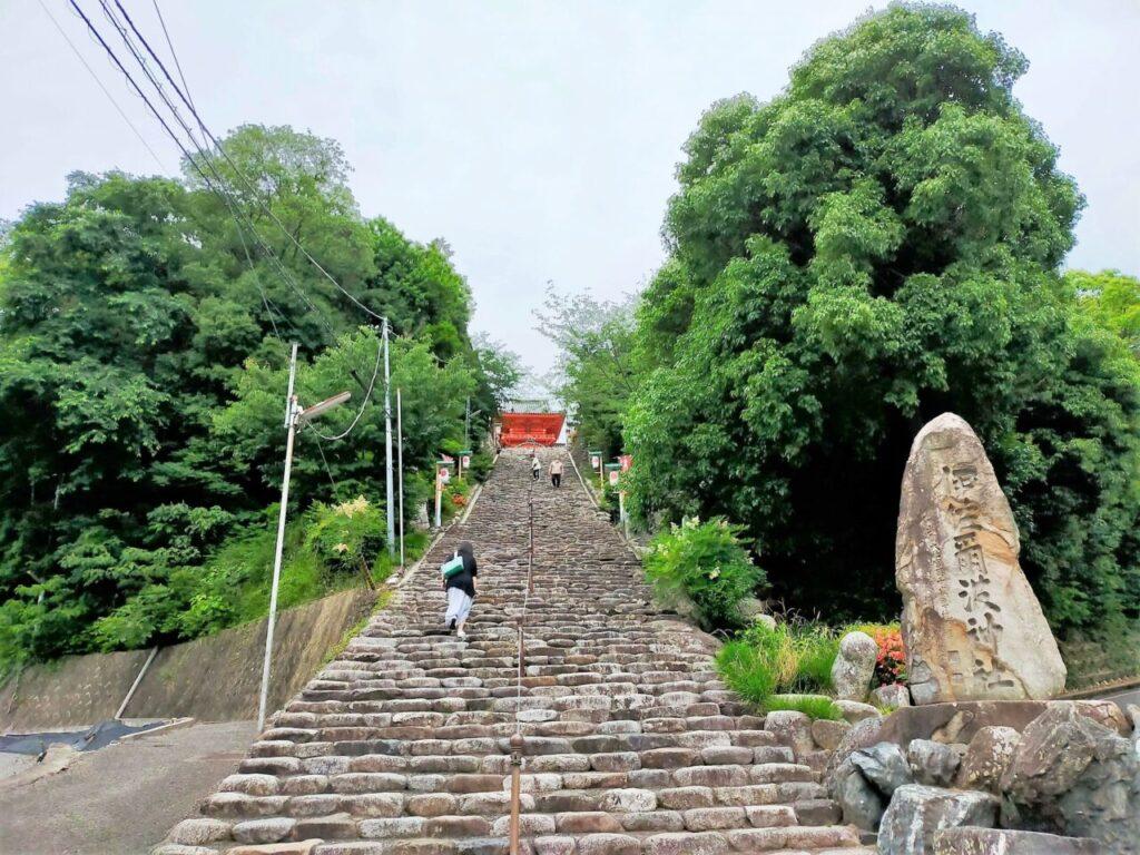 道後温泉の高台にある伊佐爾波神社の階段