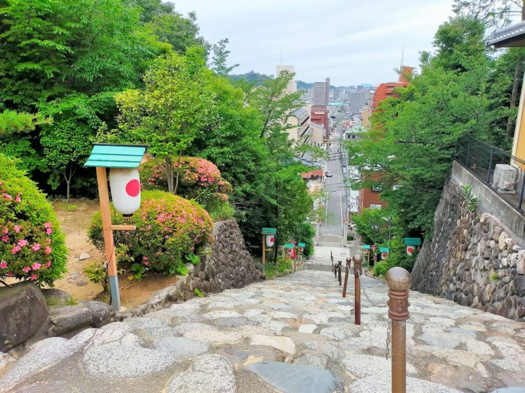道後温泉の高台にある伊佐爾波神社から眺める松山城の様子