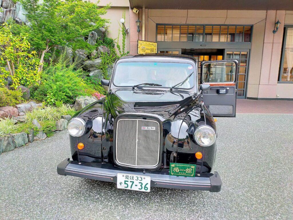 道後温泉「ホテル椿館」のクラシックカー|美しく黒光りするオースチン
