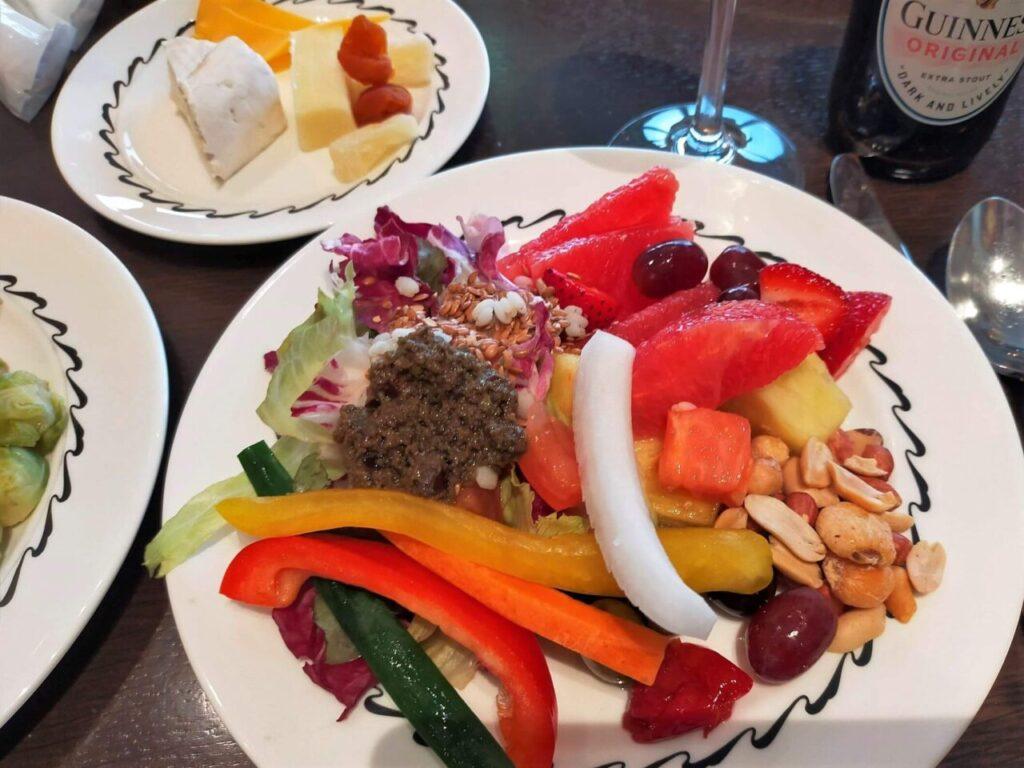 ハイアットリージェンシー大阪のクラブラウンジのカクテルタイム(野菜スティック、サラダ)