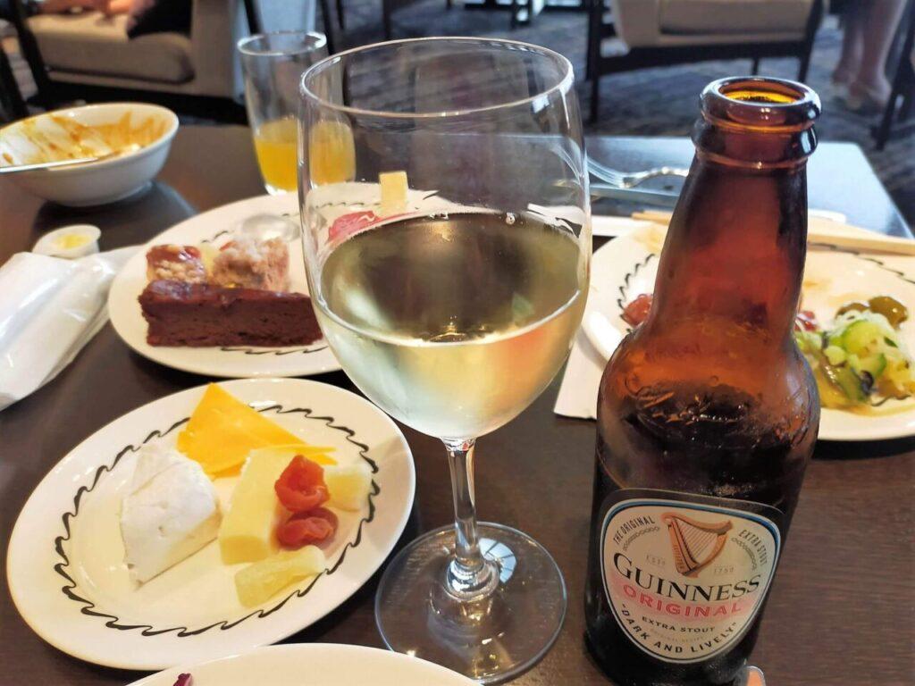 ハイアットリージェンシー大阪のクラブラウンジのカクテルタイム(ワイン・ギネス)