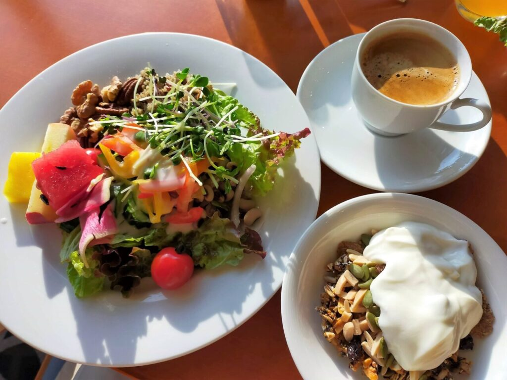 ハイアットリージェンシー大阪「ザ・カフェ」での朝食(サラダ、グラノーラ)
