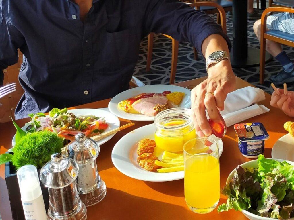 ハイアットリージェンシー大阪「ザ・カフェ」での朝食(オムレツ、ハム)