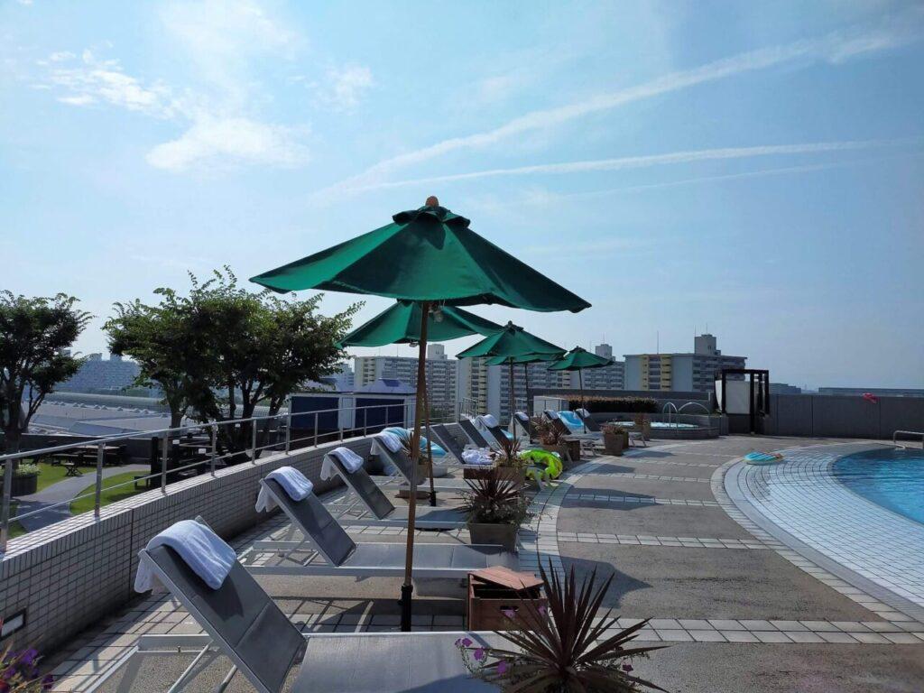 ハイアットリージェンシー大阪の屋外プールサイド(8:00頃の様子)